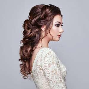 женщина-брюнет-с-длинным-и-сияющим-вьющиеся-волосы-110002133